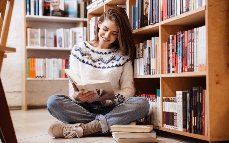 nữ sinh đọc sách