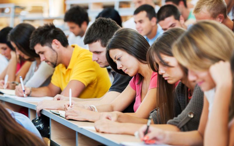Sinh viên làm bài thi