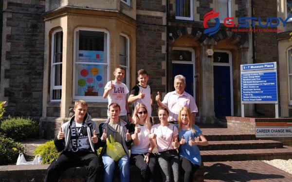 Giảng viên ở Wales-Language-Academy thân thiện như bạn học với du học sinh