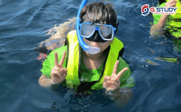 Học viên lặn xuống nước