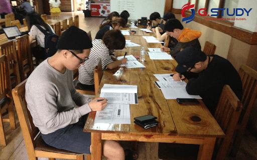 Học tập trong giờ tự học của các học viên Talk Academmy