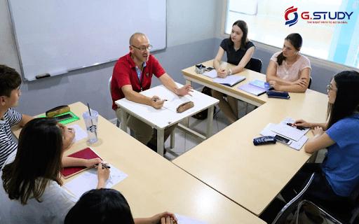 Giáo viên và học sinh trao đổi hoàn toàn bằng tiếng Anh