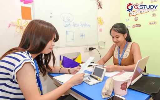 hai nữ sinh xử lý giấy tờ
